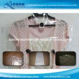 La ropa plástica protege el bolso que hace la máquina