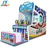 Amusement Arcade De Jonge geitjes die van spelen Ballen Video&#160 ontspruiten; Game De Machines van de machine