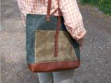 공장에 있는 가죽 손잡이 Manufacturered를 가진 밀초를 바른 화포 끈달린 가방