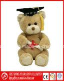 Un jouet en peluche d'Ours de nounours blanc pour l'obtention du diplôme