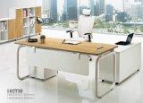 Tabella delle forniture di ufficio della scrivania con lo scaffale