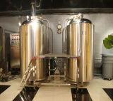 El tanque brillante de la cerveza y de la fermentación del acero inoxidable