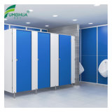 Banheiro usado da escola e projeto das divisórias do chuveiro