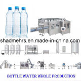 プラスチックによってびん詰めにされる水充填機