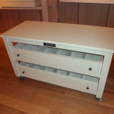 Деревянный стол с выдвижной ящик для хранения одежды