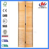 Persianas de madeira branca dobra as portas com frestas de mogno