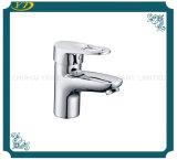 デッキによって取付けられる真鍮ボディ浴室の洗面器の陶磁器のコアコック