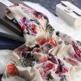 Fiori sulla sciarpa beige del regalo di modo