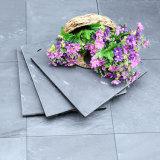 無作法で自然で暗い灰色のスレートの石の上塗を施してある屋根の連結のタイル