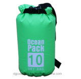 Il nuoto mette in mostra i sacchetti asciutti del barilotto impermeabile dello zaino del PVC 10L