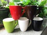 La massa ha reso personale la tazza di ceramica della glassa luminosa di colore con il marchio