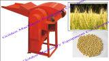 殻をむく人の脱穀機機械を殻から取り出している多機能の水田のヘイゼルナッツのムギの米のトウモロコシ