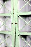 Armário de madeira de estilo country francês com porta barrada