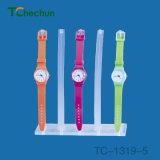 Fünf Uhren auf einen transparenten Plastikuhr-Standplatz durchsichtig platzieren