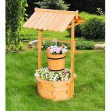 健康なプランターテラスに木製の無作法なバケツの花のホールダーを望む