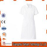 El algodón médico friega los uniformes del hospital de la enfermera para el hospital