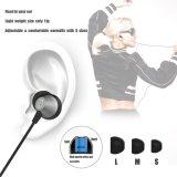 マイクロフォンが付いている耳のヘッドホーンのEarbudsのワイヤーで縛られたステレオのヘッドホーン