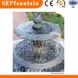 庭の石造りのプールの噴水の大理石像水噴水