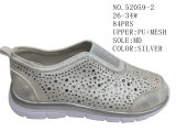 Deux chaussures de loisirs de chaussures de gosses de couleurs