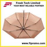 Moderner faltender Regenschirm für das Handbuch geöffnet