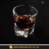 Vetro di vetro del whisky di immaginazione della tazza dell'acqua potabile per la cerimonia nuziale