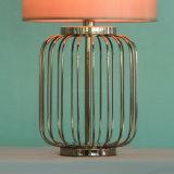 O ouro moderno chapeou a lâmpada de tabela do projeto da gaiola do metal para a sala de visitas