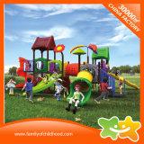 Interessante im Freienspielplatz-Spiel-Station schiebt für Kinder