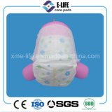 La couche-culotte de bébé de poulie tirent vers le haut avec le faisceau de pulpe