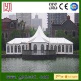 Tienda blanca al aire libre para el banquete de boda y el acontecimiento al aire libre