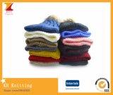 Pomponが付いている冬の多彩の暖かい帽子