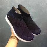 Новая обувь идущих ботинок способа типа