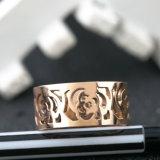 여자는 스테인리스 보석 18k 로즈 금 꽃 반지를 모양 짓는다