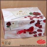 La maleta elegante de la cartulina formó el rectángulo de regalo con la maneta que llevaba