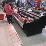 Abrir el tapón superior-mostrador de exposición en el Supermercado La carne fresca.