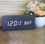 De houten Digitale Wekker van de Korrel met de Controle van de Stem