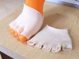 剥離する治療上のゲルのつま先はつま先のソックスをごしごし洗う