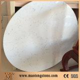円形のカラーラの白い水晶テーブルの上