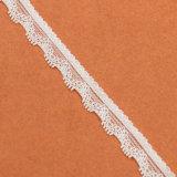 小さい方法によって編まれる白い伸張のレースの首のトリム