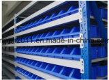安い卸し売り倉庫の棚の壁に取り付けられたプラスチック収納用の箱