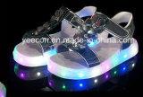 I bambini/capretti di modo LED illuminano in su i pattini dei sandali