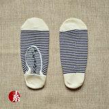 Klarer Streifen, der unsichtbare Socke strickt