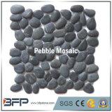 磨かれた表面および永続的な小石デザインの黒い小石の石のモザイク・タイル