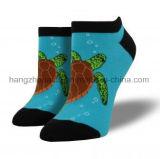 ウミガメの方法綿の服の足首のソックス
