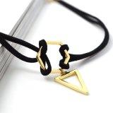 Colares chapeadas ouro do Choker do couro do preto do pendente do triângulo da geometria
