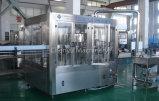 El zumo de manzana llenando el etiquetado de maquinaria de embalaje