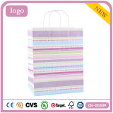 Sacos de papel coloridos listrados horizontais do presente da loja de roupa