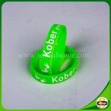 Debossed Tinte gefüllter SilikonWristband mit kundenspezifischem Firmenzeichen
