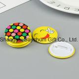 El estaño y el Pin como insignia del botón de plástico