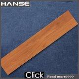 Деревянный коричневого цвета деревянной отделкой остеклованные плитками на полу