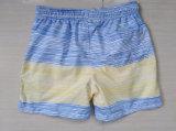 La spiaggia di riserva di promozione del ragazzo mette gli Shorts in cortocircuito ambulanti della banda stretta